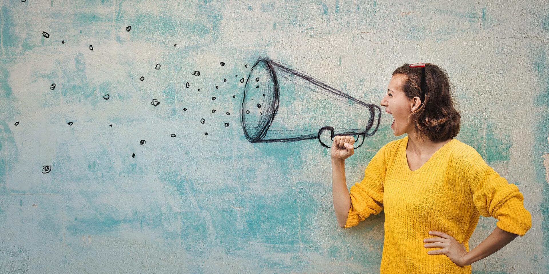 Eine Frau spricht entschlossen in ein stilisiertes Megafon