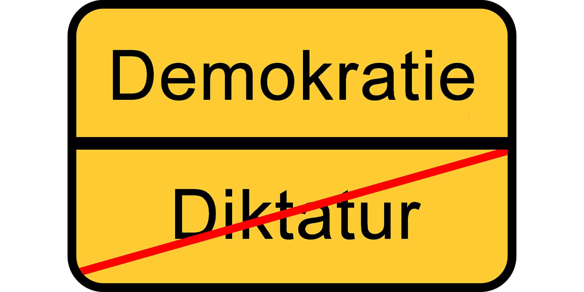 Straßenschild: Diktatur Ende, Beginn Demokratie