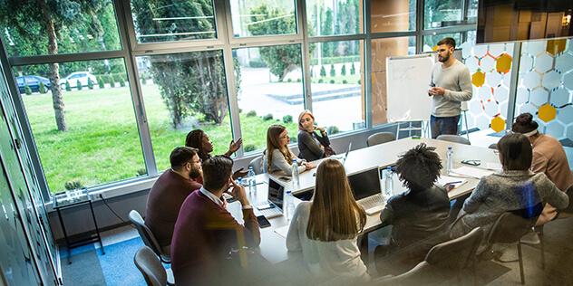Eine Gruppe von Menschen in einem Seminarraum, Bild: © iStockPhoto / miodrag-ignjatovic