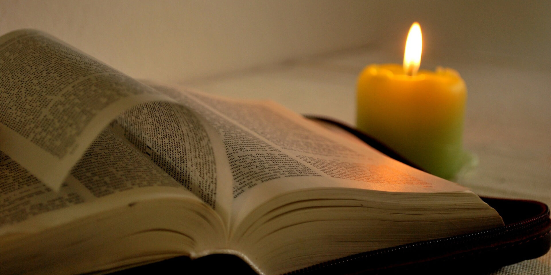 Bibel und Kerze